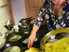 für die Gäste am Kochen